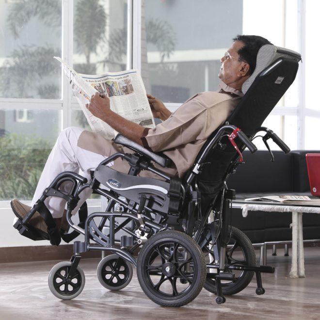 Vista con usuario de ka silla de ruedas plegable de aluminio basculante Karma modelo Vip