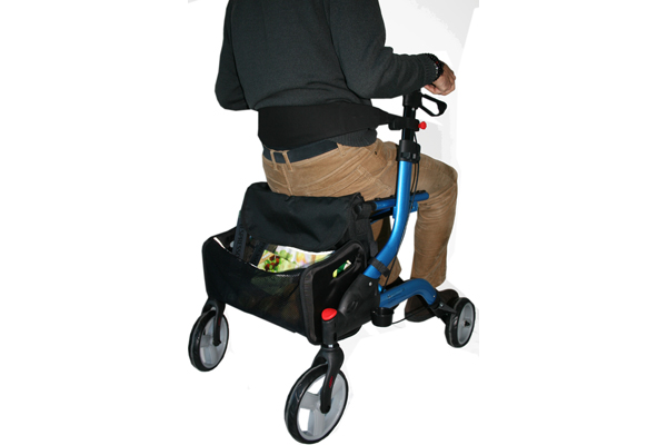 Andador rollator Brooklyn vista con usuario sentado