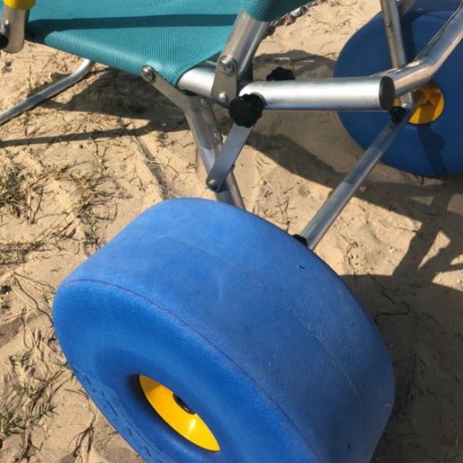 Detalle de la rueda de la tumbona adaptada para playa y piscina Oceanic Sun