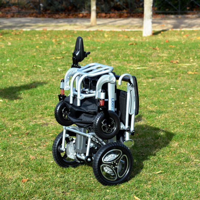 Silla de ruedas plegable con mando a distancia Libercar Aura plegada